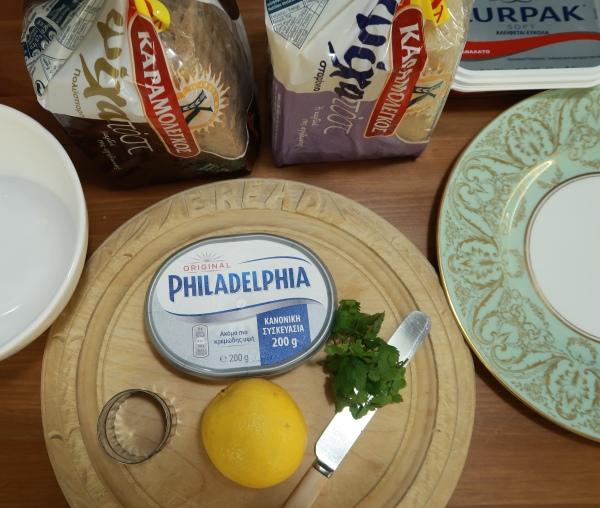 Cream Cream Cheese And Chutney Canapés ©